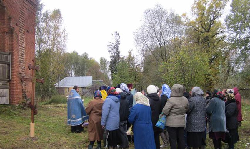 Установка поклонного креста у храма Тихвинской иконы Божией Матери в селе Колычево